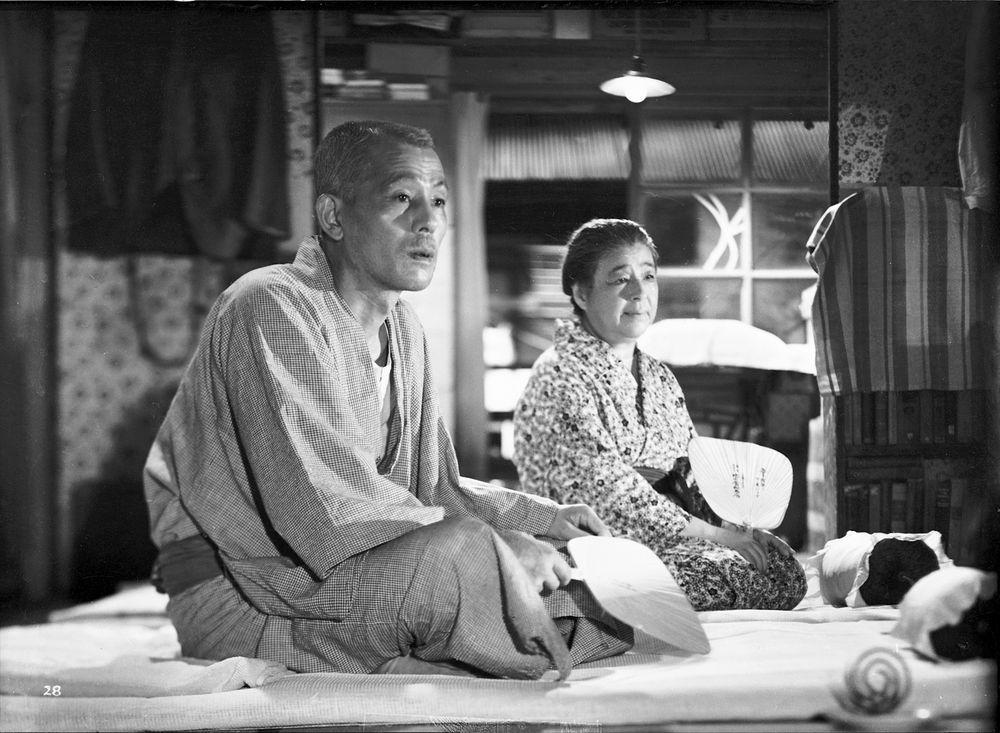 """Una escena con la pareja de abuelos, los personajes centrales de """"Tokyo Monogatari""""."""