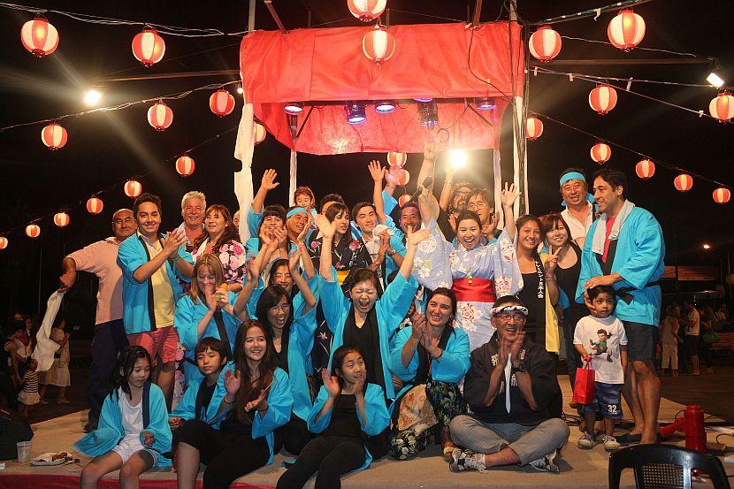 El grupo organizador festeja la culminación exitosa del matsuri.